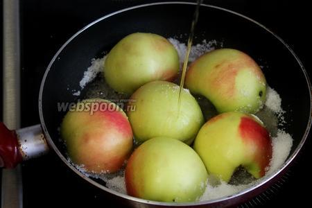 Добавить на сковороду остальной сахар и слить коньяк, поварить, пока сахар растопится.