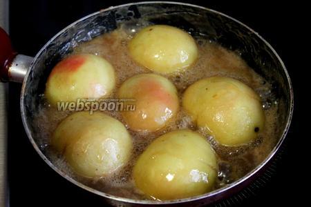 Когда яблоки станут мягкими, яблоки в карамели готовы, они будут хорошо держать форму, подавать по две половинки на порцию, поливая карамельно-сливочным соусом и украсив веточкой мяты. Очень вкусно!