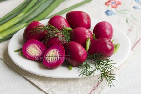Перепелиные яйца в свекольном маринаде
