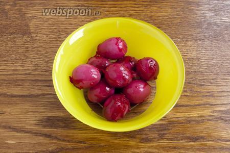 Аккуратно, при помощи чайной ложки выньте яйца из «маринада».