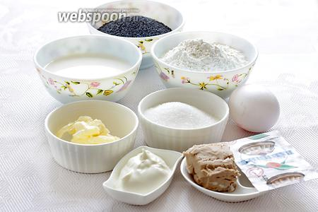 Для приготовления макового пирога возьмём молоко, муку, сахар, свежие дрожжи, яйцо (белок пойдёт в тесто, а желток — для смазки), ванилин, масло сливочное и растительное, мак, сметана.