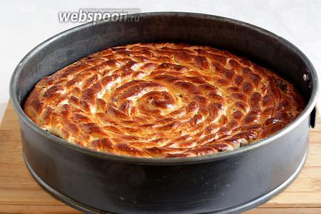 Как только поверхность зарумянится и по кухне поплывёт умопомрачительный запах ванили — пирог готов. Достать его и накрыть полотенцем минут на 15, пока он станет тёплым.