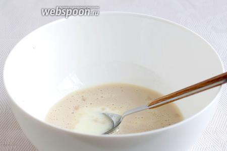 Дрожжи растворить с небольшой частью тёплого молока от общего количества, добавив 1 чайную ложку сахара. Как только шапочка пены начнёт подниматься, вылить дрожжи в миску, добавив остальное молоко, сахар, соль, слегка взбитый белок и перемешать. Затем добавить мягкое сливочное масло, растительное масло, муку (300 г) и ванилин. Замесить тесто. Оно будет немного липнуть к рукам, но не тянуться. Остаток муки оставить для подсыпки, если нужно.