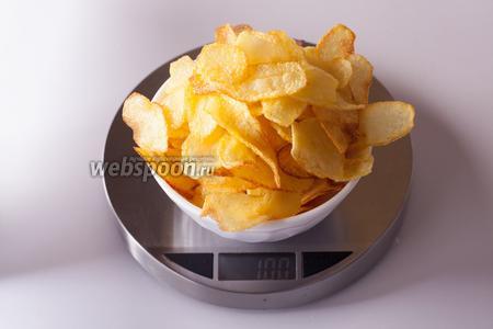 Вот так вот выглядит 100 грамм чипсов, получившихся из 500 грамм сырой картошки и содержащие в себе приблизительно 530 килокалорий. Съесть это в одиночку, по-моему, почти нереально, на финальной фотографии порция порядка 80 грамм.