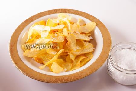 Конечно же, готовые чипсы нужно посолить. Употреблять их (после жарки в подсолнечном масле) можно как горячими, так и холодными.