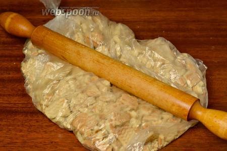Печенье помещаем в пакет и скалкой измельчаем до состояния мелкой крошки. Можно также воспользоваться комбайном, сделать несколько импульсных движений, чтобы не растереть печенье в муку.