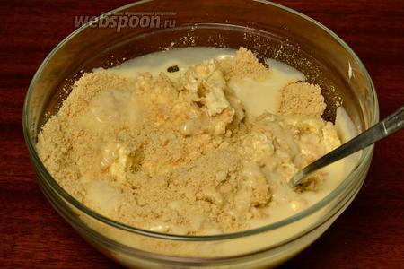 Смешиваем крошку от печенья с размягчённым сливочным маслом комнатной температуры и сгущённым молоком.