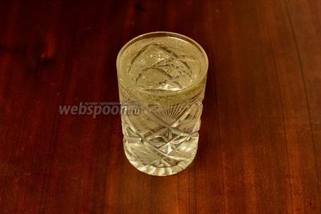 В стакан наливаем 3 столовых ложки подсолнечного масла, доливаем доверху водой.