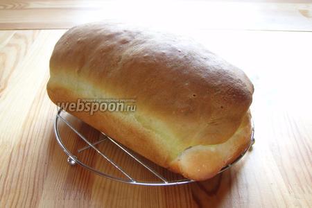 Затем хлеб достаём, остужаем на решётке. Режем на кусочки и можно кушать. Приятного аппетита!