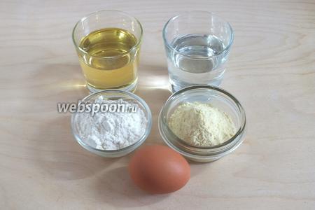 Подготовьте ингредиенты для кляра: пшеничную муку, кукурузную муку (мелкого помола), ледяную воду, яйцо и рафинированное соевое масло (можно заменить на подсолнечное или кукурузное).