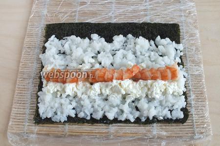 Повторите шаг 4. Затем разрежьте каждый хвост вдоль, удалите кишечную вену, выложите на рис добавьте половину сыра. Повторите шаги 6 и 7.