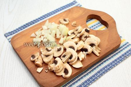 Нашинковать очищенные грибы и репчатый лук.