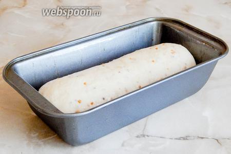 Включаем греться духовку (как обычно на 180°С), а сами смазываем маслом форму для выпечки и делаем из колобка рулетик.