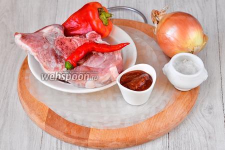 Для приготовления спринг-роллов со свининой нам понадобится свиной мясо, перец красный сладкий, перец острый, соус томатный острый, лук репчатый, соль и рисовая бумага.
