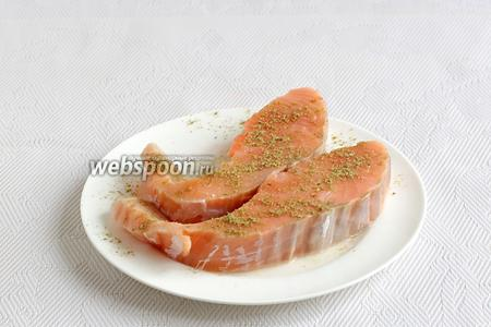 Филе без костей и кожи посыпать специями для рыбы с двух сторон.