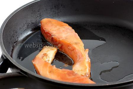Затем поджарить рыбу в растительном масле, по 2-3 минуты с каждой стороны. Я люблю прожарить подольше.