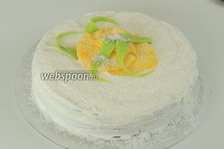 Припорошим всю поверхность торта кокосовой стружкой. Из зелёного марципана сделаем листики ананаса. Ананасовые дольки выложим в центре на верху. Листики кладём как больше вам нравится. И немного снова припорошим стружкой. Торт Пина-колада зовёт к столу!
