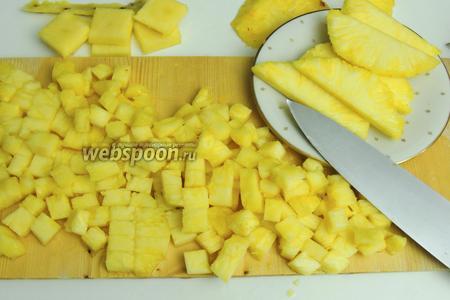 Пока бисквит отдыхает, занимаемся ананасом. Очищаем от кожуры и стержня, он не считается пригодным в пищу. Для украшения 130 г ананаса режем на дольки, остальной кубиками около 1-2 см.