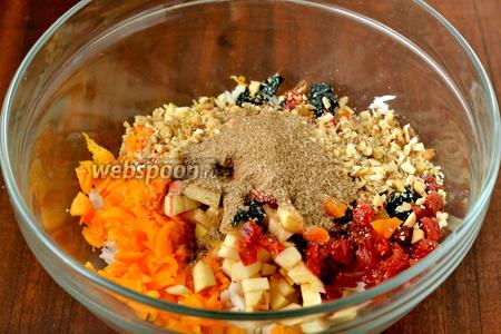 Соединяем с рисом все подготовленные ингредиенты, добавляем сахар и корицу, всё перемешиваем.