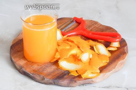 Теперь цитрусовые: снимаем цедру с апельсинов (предварительно тщательно моем фрукты и обдаём их кипятком) и 1/2 лимона. Из мякоти апельсинов отжимаем сок.