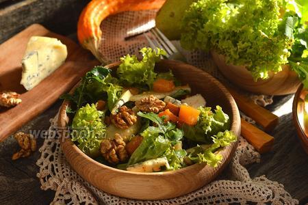 Салат с запечённой тыквой, рукколой и орехами