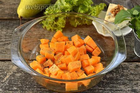 Поместить тыкву в огнеупорную форму. Сбрызнуть 1 столовой ложкой оливкового масла, посыпать щепоткой соли и прованскими травами. Отправить в духовку на 20 минут при 180°С.