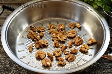 Разогреть сухую сковороду и обжарить на ней грецкие орехи до лёгкой золотистости. На это уйдёт приблизительно 3-4 минуты.