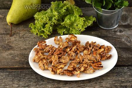 Горячие орехи сразу разложить на тарелке, смазанной тонким слоем подсолнечного масла для того, чтобы орехи не слиплись.