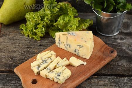 Сыр порезать небольшими кусочками.