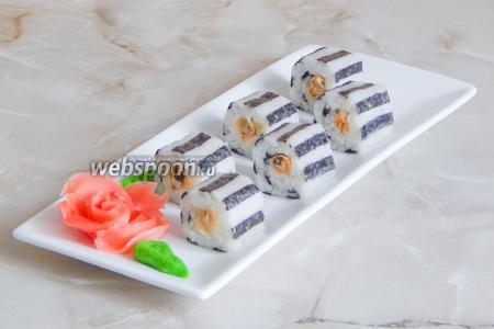 Подаём полосатые роллы с мидиями с маринованным имбирём, васаби и соевым соусом. Я очень надеюсь, что после этого рецепта наша семья любителей японской кухни пополнится хотя бы одним товарищем!