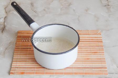 Первым делом отварим рис. Вот уж могу сказать, что все варят по-разному. Тем не менее, даю вам свой вариант приготовления риса для роллов. Промываем крупу в холодной воде до тех пор, пока она не перестанет быть мутной (раз 5-7). В процессе перетираем руками рисинки, чтобы смыть с них мелкие частицы. Затем отцеживаем рис на сито, перекладываем в кастрюльку и заливаем холодной водой. Ставим кастрюлю на средний огонь, доводим рис до кипения, делаем огонь на самый минимальный, накрываем крышкой и варим так ровно 10 минут. Затем выключаем огонь и не снимаем крышку ещё ровно 10 минут. Поехали дальше!