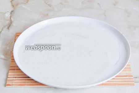 Берём плоское блюдо, наливаем в него немного кипячёной холодной воды и кладём туда лист рисовой бумаги на полминуты. Естественно, вы её не видите — она же прозрачная, когда намокнет.