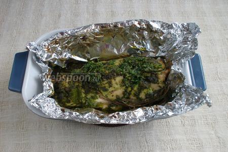 Вынуть форму с мясом из духовки, открыть фольгу и вернуть мясо обратно в духовку на 15 минут. Выключить духовку, приоткрыть дверцу и оставить мясо на 15 минут.