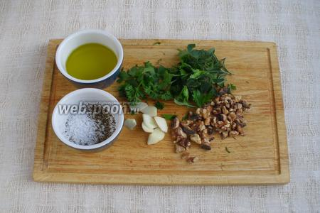 Зелень и чеснок порезать. Орехи измельчить. Зелень, орехи, чеснок, масло, соль и перец поместить в блендер.