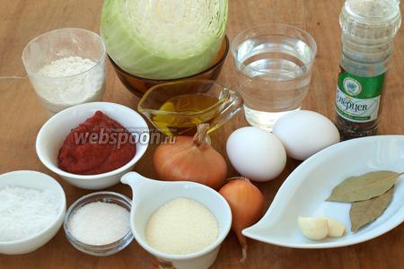Для приготовления котлет нам понадобится небольшая головка капусты, лук, яйца, томатная паста, вода или бульон, манная крупа, мука, чеснок, лавровый лист, подсолнечное масло, сахар, соль и перечная смесь, можно просто взять чёрный молотый перец.