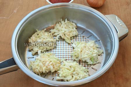 В сковороде разогреть подсолнечное масло, столовой ложкой выкладывать горкой капустную массу и прижимать сверху ложкой. Обжарить котлеты с одной стороны.