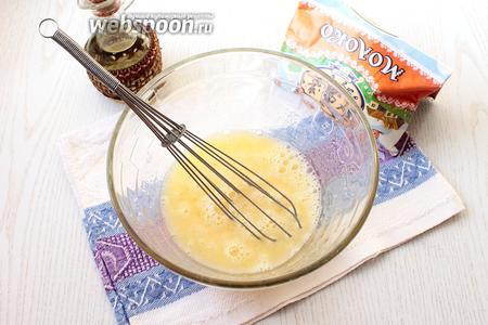 В другой посуде смешать яйца, молоко, масло и сахар.