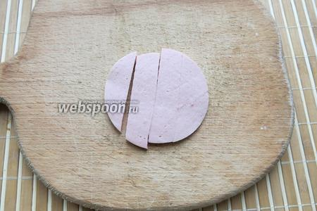Сначала делаем рога, процесс ответственный, требует времени. Нарезаем тонко вареную колбасу, отрезаем полоску.