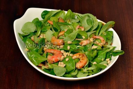 Аккуратно вилкой приподнимаем слои, чтобы они переместились, и соус распределился, посыпаем кедровыми орешками и подаём сразу же, пока зелень свежа и аппетитна.