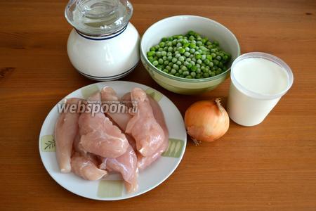Для приготовления такой курочки в молоке на понадобятся куриное филе, молоко, луковица, замороженный зелёный горошек (если в сезон, то лучше свежий!), немного муки, соль, оливковое масло и петрушка.
