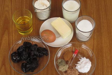 Для приготовления пирога нам понадобится мука, чернослив без косточек, сахар, куриное яйцо, растительное масло, сода, специи (мускатный орех, белый и чёрный перец, корица), кефир, ванильный экстракт, сливочное масло. А также — стакан объёмом 240 мл и прямоугольная форма 28х21 см.