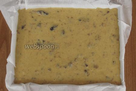 Вылить тесто в форму с пергаментом и выпекать в разогретой до 160ºC духовке 35 минут.