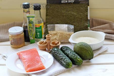 Для приготовления суши торта нам понадобится 2 листа норм, слабосолёный лосось (или форель, семга ), рис для суши, спелый авокадо, свежий огурец, кунжут семена, соль и сахар и рисовый уксус. Для подачи: имбирь маринованный, васаби и соевый соус.
