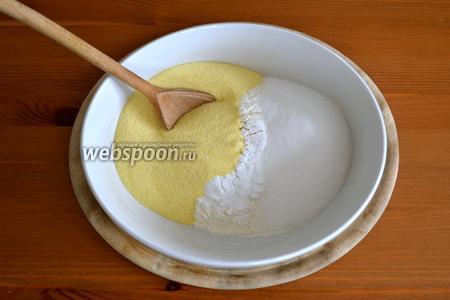 В миску просеять муку с разрыхлителем, добавить манную крупу, сахар и перемешать. Отставить в сторону.