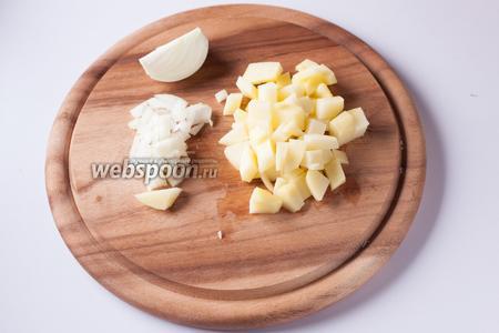 Мелко режем лук и картошку