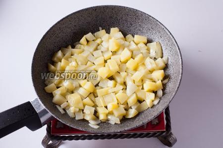 Обжариваем лук и картошку в растительном масле до прозрачности.