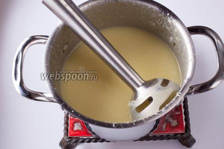 Сварившийся картофельный суп мы солим и пюрируем блендером. Кто не хочет готовить постный вариант — небольшое количество сливок вкус только улучшит.