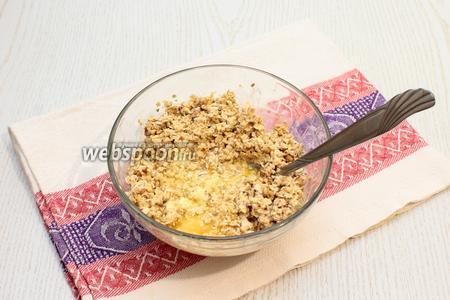 Добавить растопленное сливочное масло и сливки, перемешать и дать постоять массе 15 минут.
