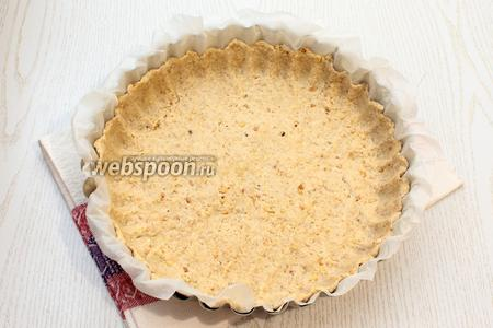 Форму застелить бумагой для выпечки и выложить тесто, раскатав его толщиной около 5 мм. Диаметр моей формы 28 см.