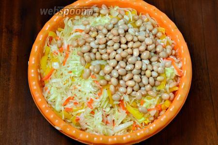 Фасоль сливаем в дуршлаг, ополаскиваем кипяченой водой, даем полностью стечь жидкости, затем добавляем в салат.